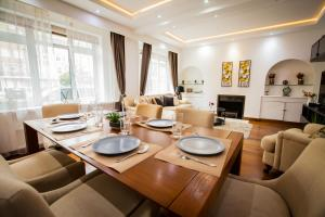 A restaurant or other place to eat at Luxury 3 bedroom 2 bath - Paddington Hyde Park