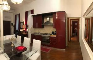 A kitchen or kitchenette at Colosseo Room