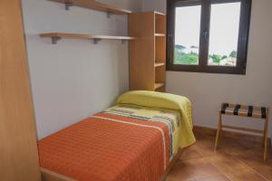 A bed or beds in a room at Apartamentos Rurales de Abelleira