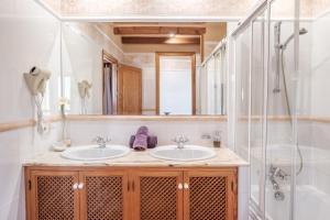 A bathroom at Villa Ses Marjades