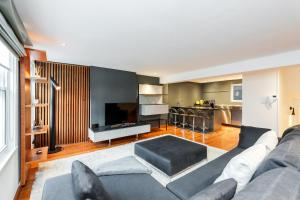 A seating area at Mayfair 2 bedroom apartment with roof terrace