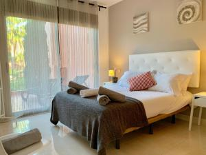 A bed or beds in a room at Golf Resort 2 Bedroom Apartment near Marbella
