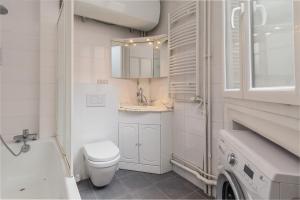 A bathroom at Convention Porte De Versailles