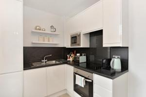 A kitchen or kitchenette at Chiltern Street Serviced Apartments
