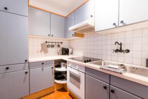 A kitchen or kitchenette at MOOKI Mountain & Pool Gerlitzen Apartment