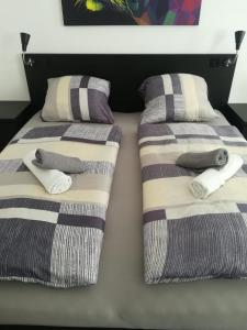 A bed or beds in a room at Apartment, modern und neu renoviert