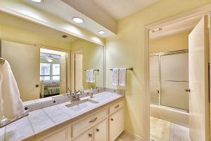 Ванна кімната в Four-Bedroom Lakeway Waterfront House