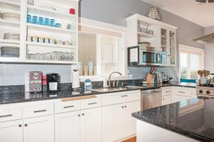 A kitchen or kitchenette at Roads End Light House