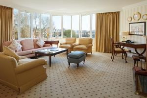 A seating area at Cheval Thorney Court at Hyde Park