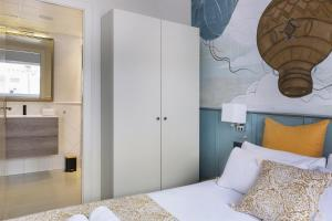 A bed or beds in a room at Casa Rainbow Sitges