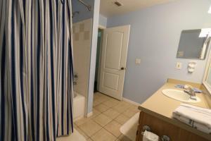 Salle de bains dans l'établissement Runaway Beach Club Rab10103 Condo
