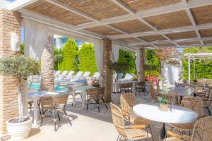 Een restaurant of ander eetgelegenheid bij Drossia Palms Hotel and Nisos Beach Suites