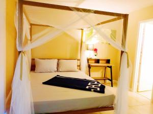 A bed or beds in a room at Near Strip 7mins Entire Condo FREE Parking FREE WIFI