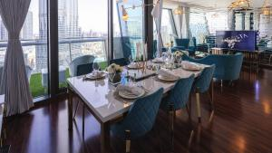 A restaurant or other place to eat at Lavista Holidays - Burj Vista