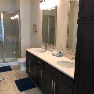 A bathroom at Luxury Furnished Apartment Medical Centre Houston