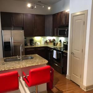 A kitchen or kitchenette at Luxury Furnished Apartment Medical Centre Houston