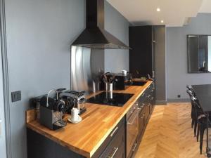 A kitchen or kitchenette at Plaine de Versailles LePrivé de Noisy