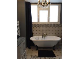 A bathroom at Plaine de Versailles LePrivé de Noisy