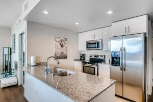 A kitchen or kitchenette at Luxury Suite 3BR/2BA BEST in San Diego
