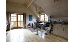 A kitchen or kitchenette at *⟣ Clare's Chalet ⟢* Luxury Oxford Holiday Home