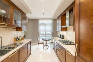 A kitchen or kitchenette at IST FLATS Serviced Apartments-EMAAR SQ