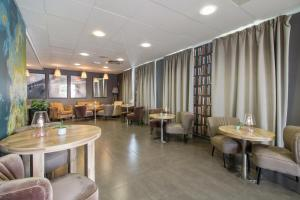 A restaurant or other place to eat at Appart'City Confort Le Bourget - Aéroport