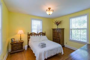 A bed or beds in a room at Kozy Nashville Nook - 12 South, Lipscomb, Downtown