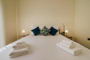 A bed or beds in a room at Hedera Residences - Morinj