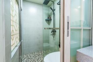 A bathroom at Cihang Chan Apartment