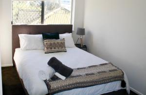 A bed or beds in a room at Kings Beach Retreat