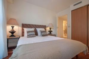 A bed or beds in a room at Carlton Riviera