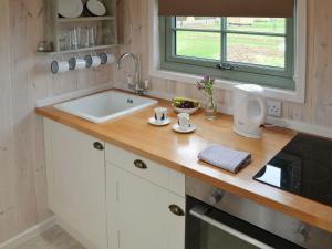 A bathroom at Hut 3-UK11305