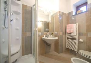 A bathroom at Bomerano Villa Sleeps 6 WiFi