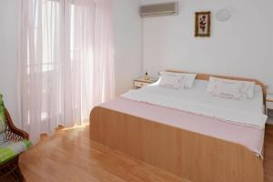 A bed or beds in a room at Apartments Mladen Novalja - CIN04066-CYA