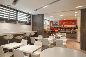 A restaurant or other place to eat at Aparthotel Adagio Marseille Vieux Port