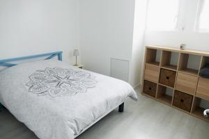 Säng eller sängar i ett rum på Bel appartement dans maison au bourg