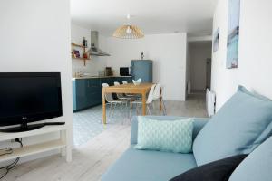 Télévision ou salle de divertissement dans l'établissement Bel appartement dans maison au bourg