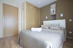 A bed or beds in a room at Apartamentos APR Numancia