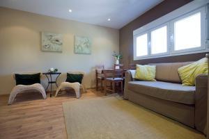 A seating area at Apartamentos APR Numancia