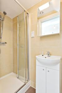 A bathroom at Self contained flats heart of Hendon