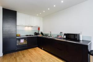 A kitchen or kitchenette at Airserviced Oakfield Apartments
