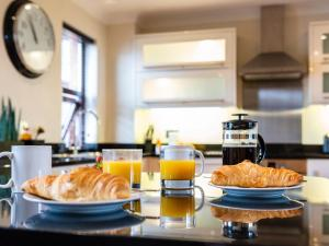 Breakfast options available to guests at Dee View