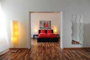 A bed or beds in a room at Boardinghaus Koblenz Altstadt