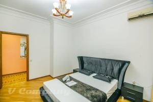 A bed or beds in a room at Sadik Akhundovoy Apartment