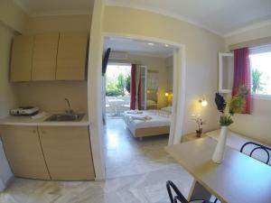 Η κουζίνα ή μικρή κουζίνα στο Happyland Hotel Apartments