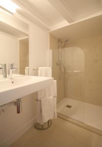 Un baño de Apartments Paris Centre - At Home Hotel