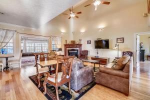 Zona de estar de Mansion In The Smokies: Views, Basketball, Minigolf, Firepit Estate