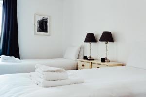 Cama o camas de una habitación en Canon Court ApartHotel