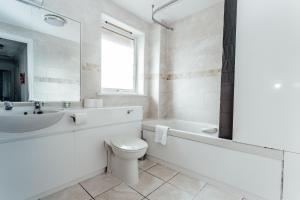 Un baño de Canon Court ApartHotel