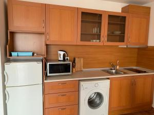 A kitchen or kitchenette at Riviera Fort Apartments CTS